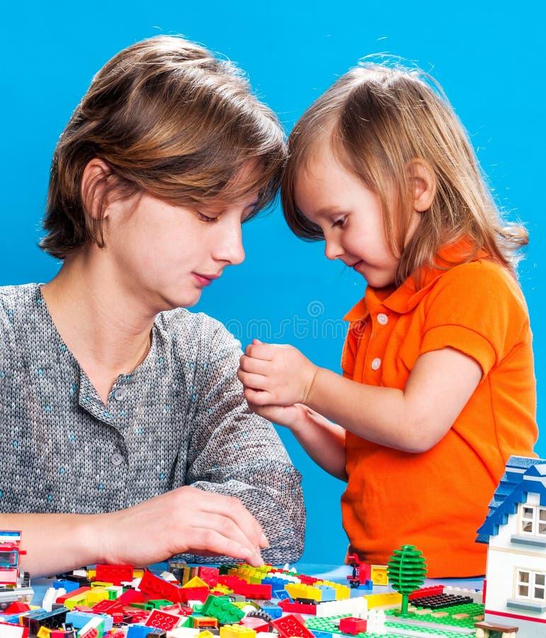 Mutter mit einer kleinen Tochter stockfotos