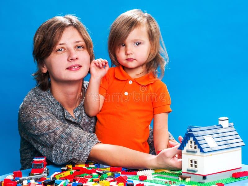 Mutter mit einer kleinen Tochter stockbilder