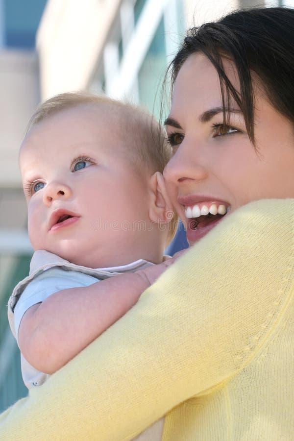 Mutter mit entzückendem Baby - glückliche Familie stockfotografie