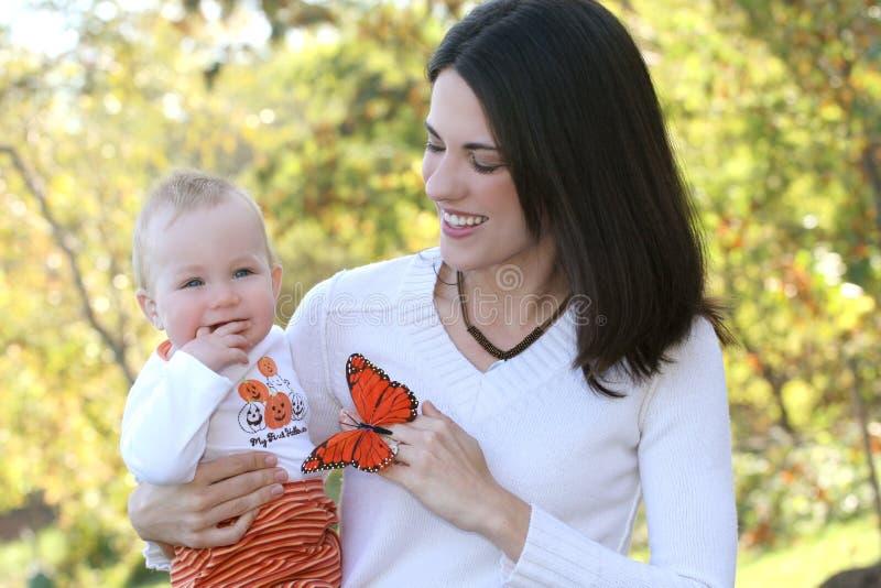 Mutter mit entzückendem Baby - glückliche Familie lizenzfreies stockfoto