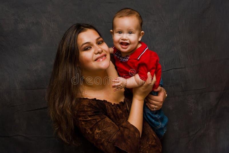 Mutter mit glücklichem Baby lizenzfreies stockbild