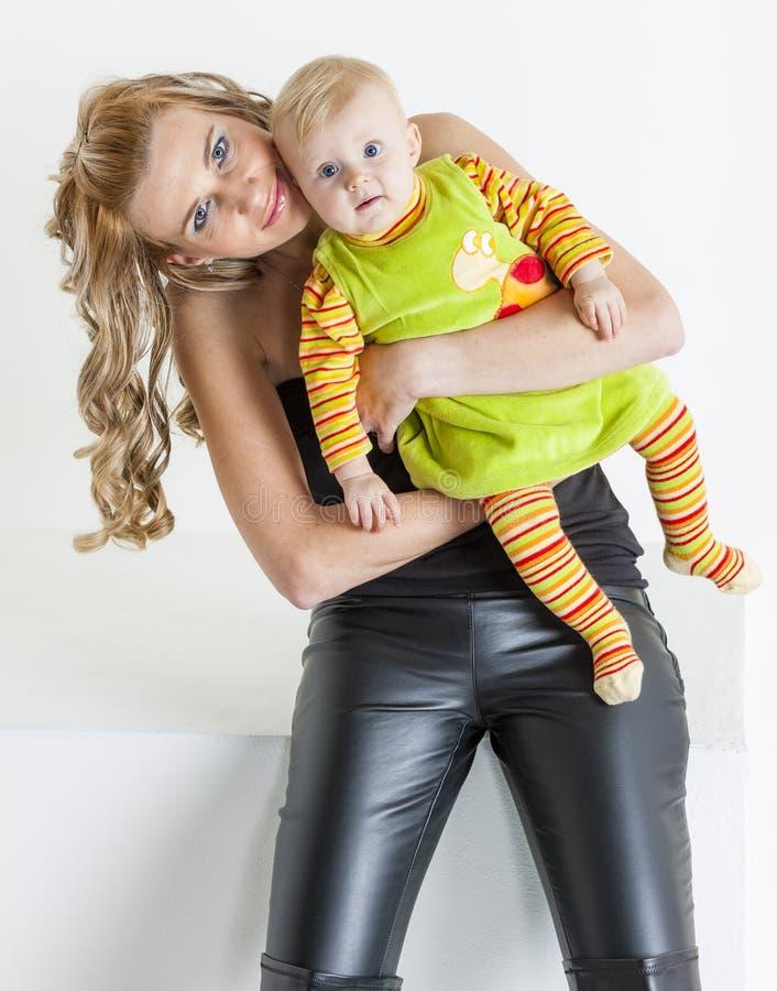 Mutter mit ihrem Baby lizenzfreie stockfotografie