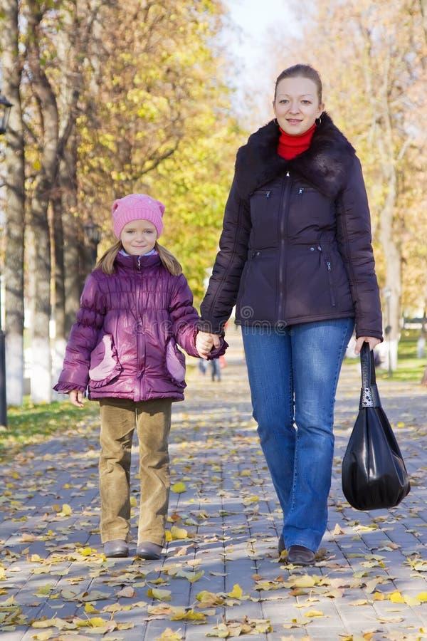Mutter mit ihrem Mädchen im Herbstpark lizenzfreie stockfotografie