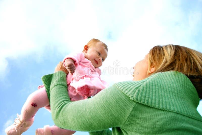 Mutter mit ihrem neuen Schätzchen stockfoto