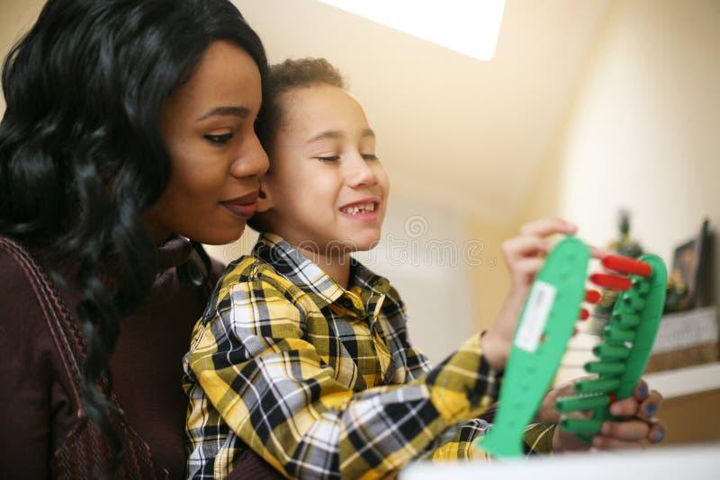 Mutter mit ihrem Sohn stockfotografie