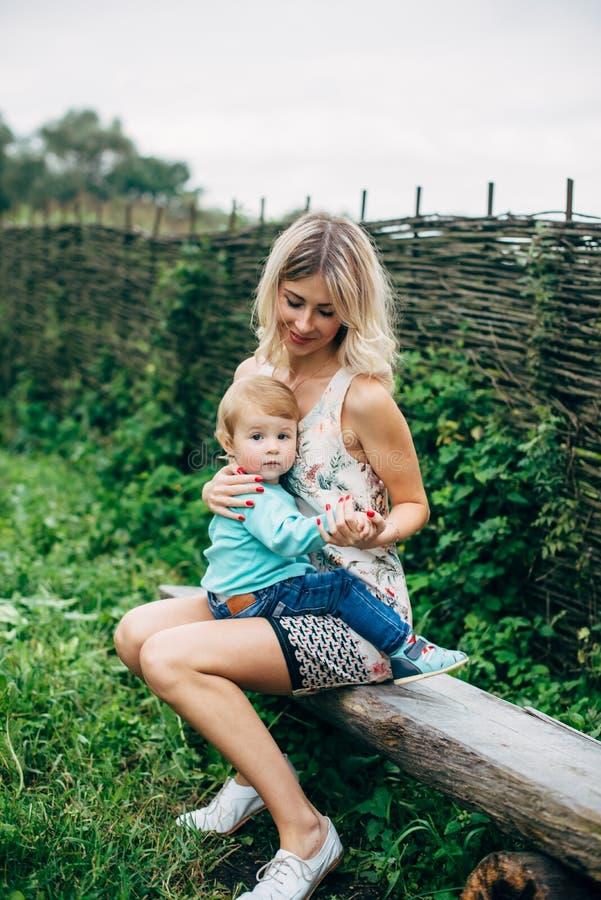 Mutter Mit Ihrem Sohn Auf Einem Weg Stockbild - Bild von