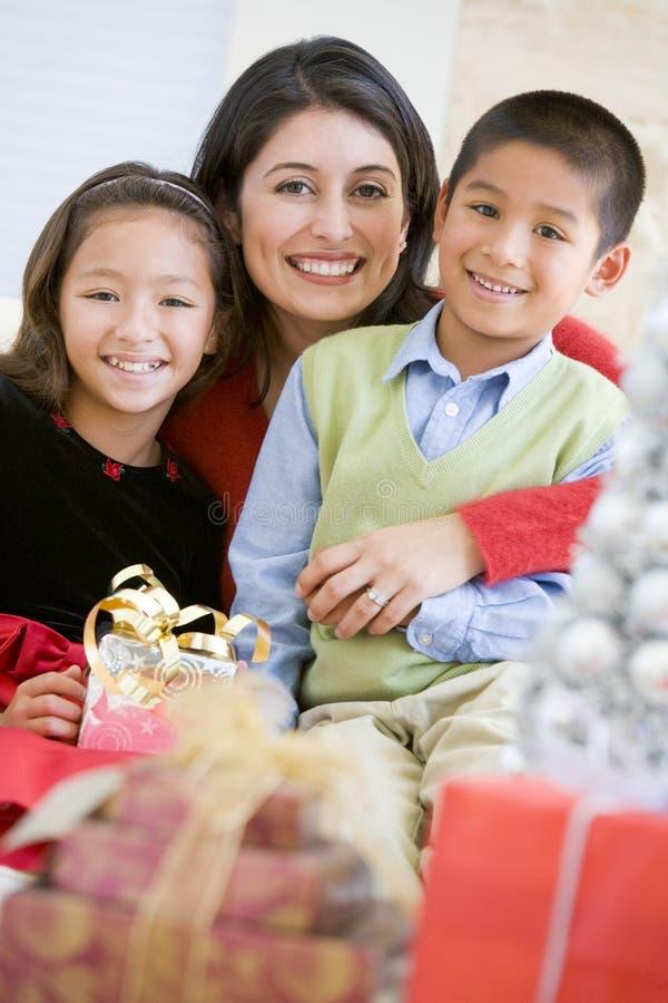 Mutter mit ihren Familien-Holding-Weihnachtsgeschenken stockfotos