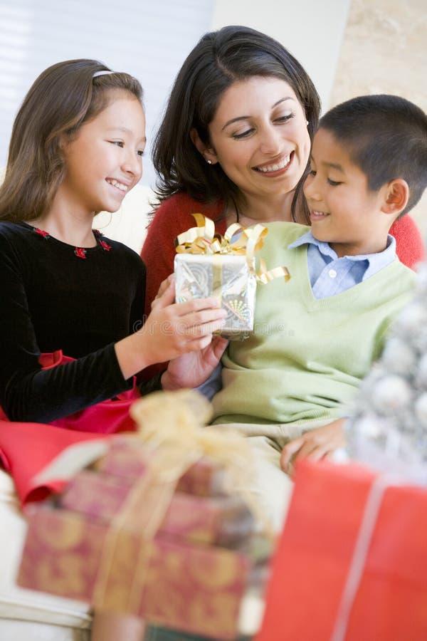 Mutter mit ihren Familien-Holding-Weihnachtsgeschenken stockfotografie