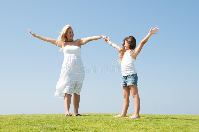 Mutter mit ihrer Tochter stockbilder