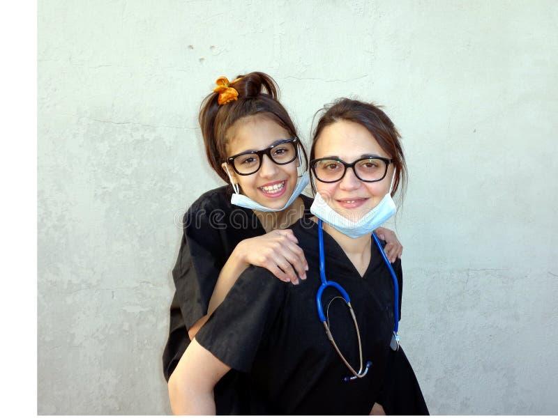 Mutter mit ihrer Tochter, Mediziner lizenzfreie stockfotografie