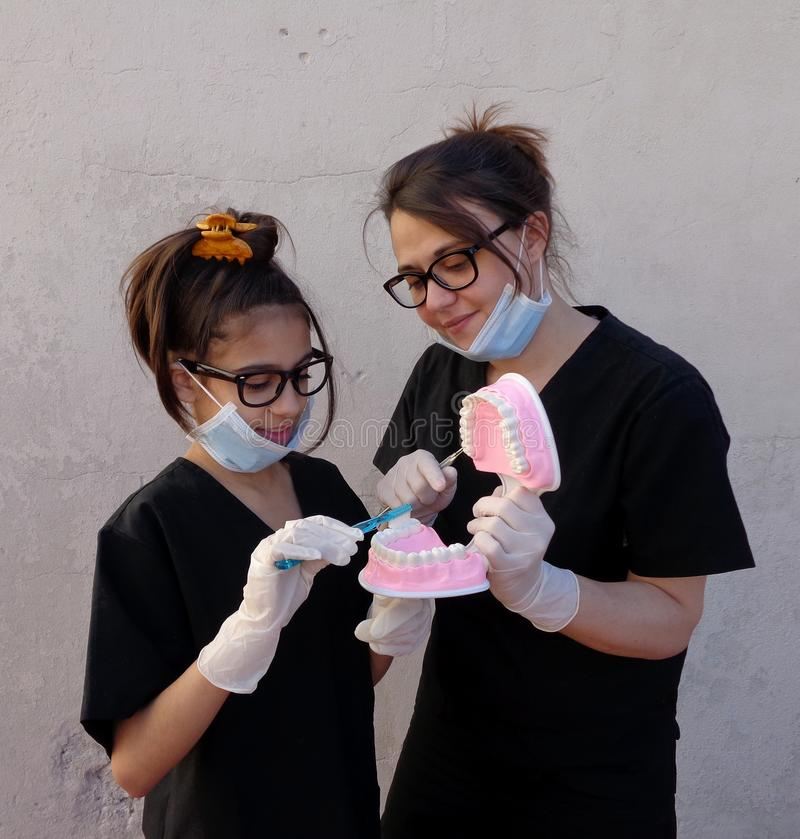 Mutter mit ihrer Tochter, Zahnarzt lizenzfreie stockbilder