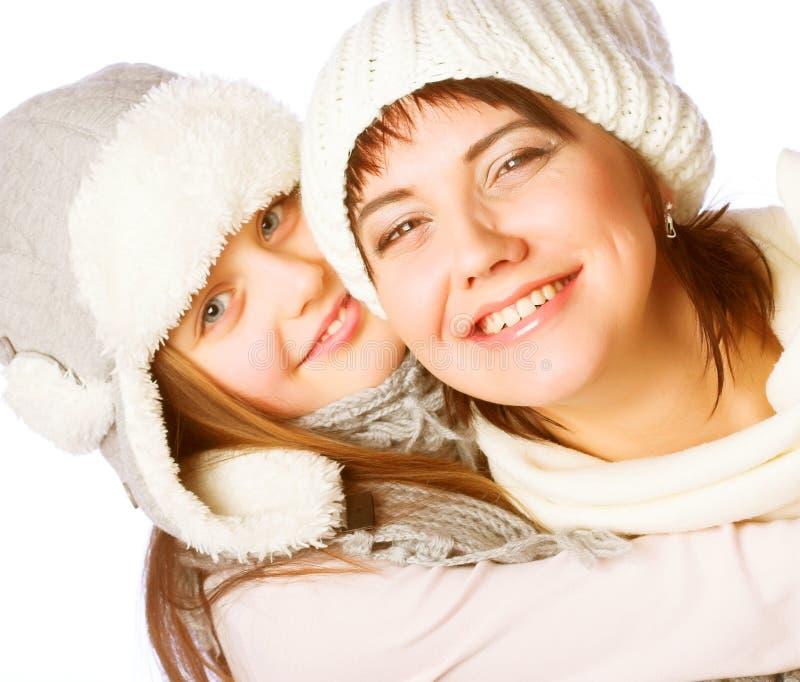 Mutter mit Kind in den Winterhüten stockfotos