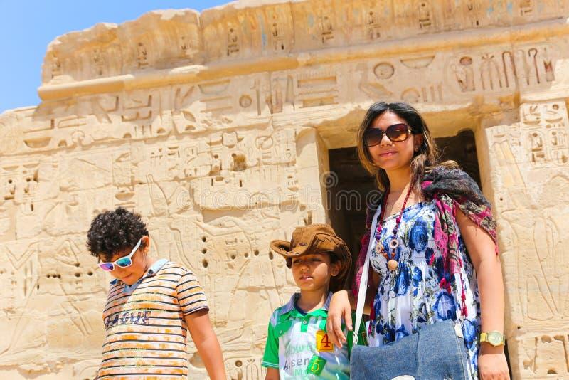 Mutter mit Kind an Ramesseum-Tempel in Luxor - Ägypten lizenzfreie stockfotos