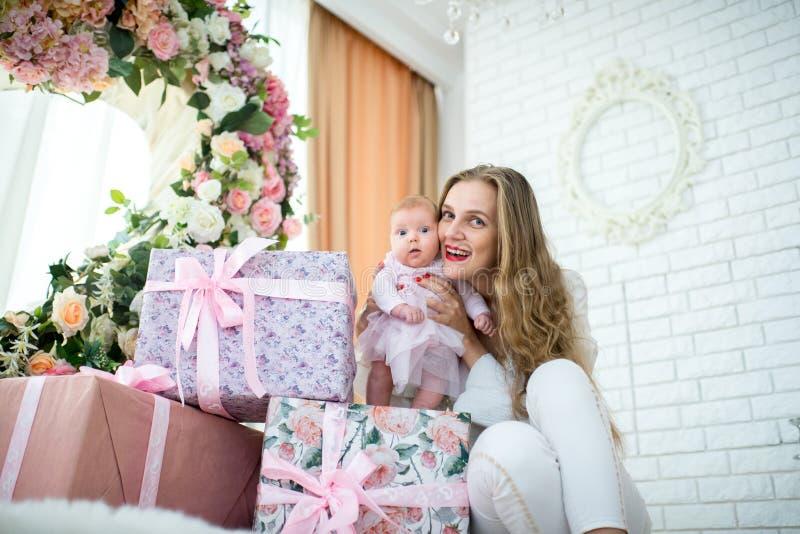 Mutter mit kleiner Tochter stockfotos