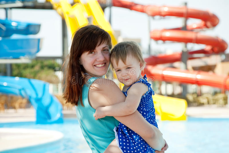 Mutter mit Kleinkind am aquapark lizenzfreie stockbilder