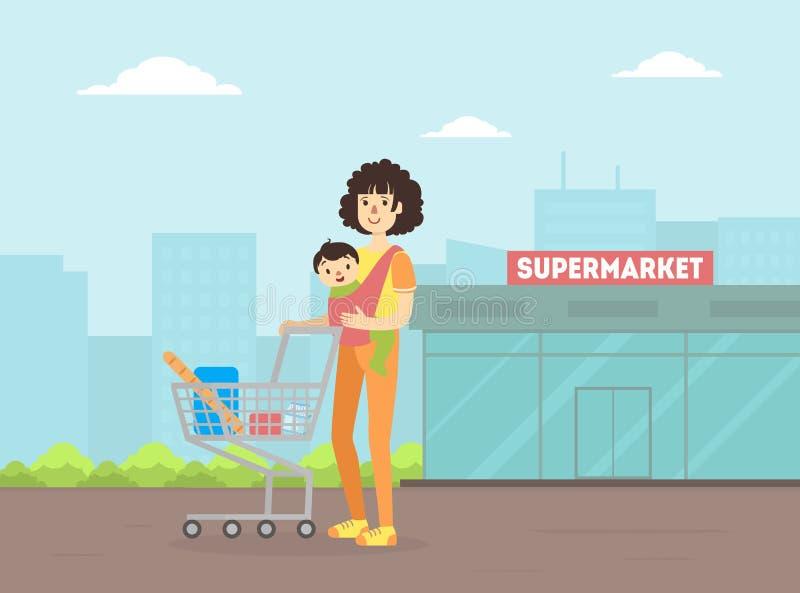 Mutter mit Kleinkind-Baby im Riemen, der Einkaufswagen, junge Frau mit ihrem Kind steht vor Supermarkt drückt stock abbildung