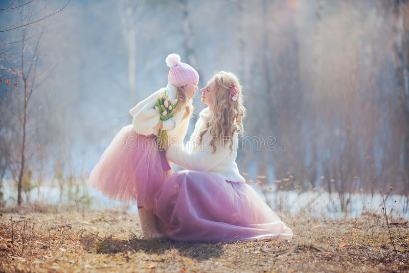 Mutter mit Park der Tochter im Frühjahr stockfotos