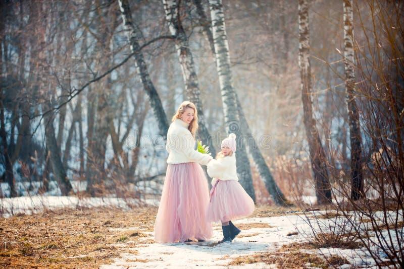 Mutter mit Park der Tochter im Frühjahr lizenzfreie stockfotos
