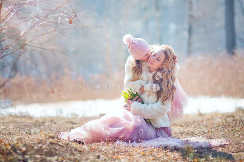 Mutter mit Park der Tochter im Frühjahr lizenzfreie stockbilder