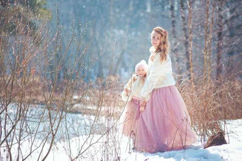 Mutter mit Park der Tochter im Frühjahr stockfoto