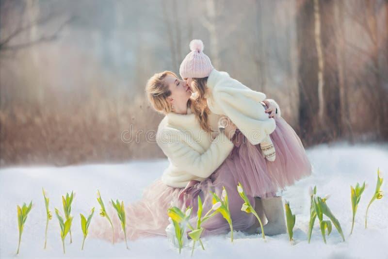 Mutter mit Park der Tochter im Frühjahr lizenzfreies stockfoto