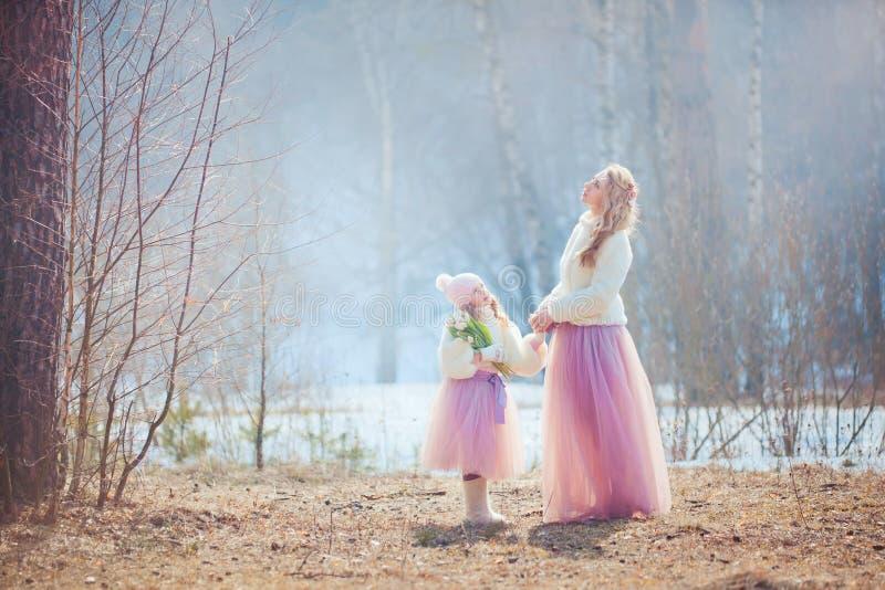 Mutter mit Park der Tochter im Frühjahr stockfotografie
