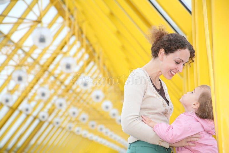 Mutter mit Schätzchen lizenzfreie stockfotografie
