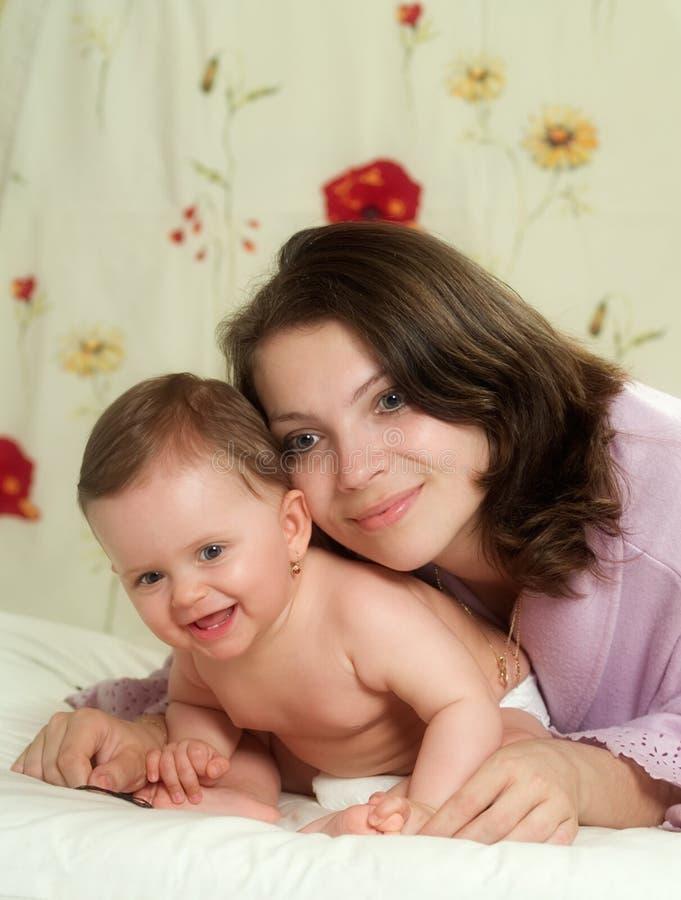 Mutter mit Schätzchen stockbild