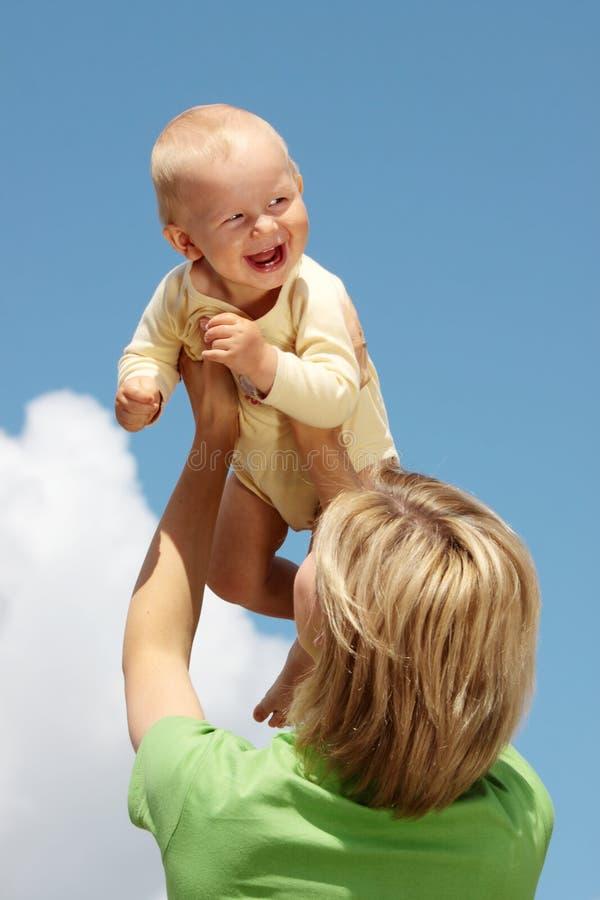 Mutter mit Schätzchen unter blauem Himmel stockbild