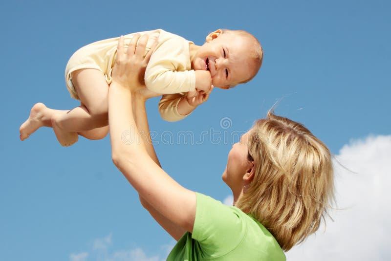 Mutter mit Schätzchen unter blauem Himmel stockfoto