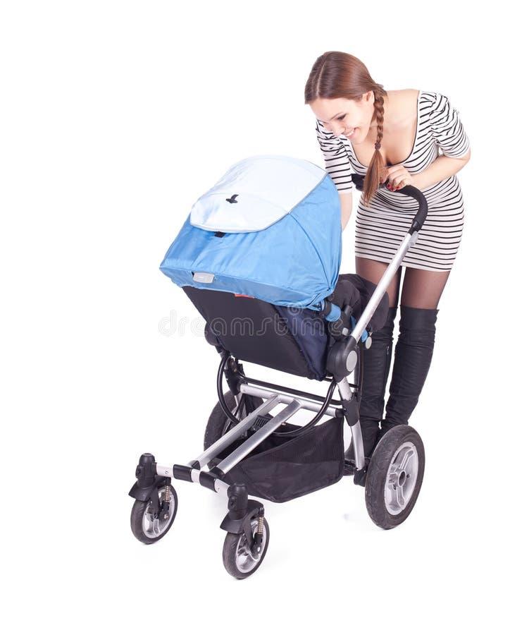 Mutter mit Schätzchenbuggy (Spaziergänger) stockbild