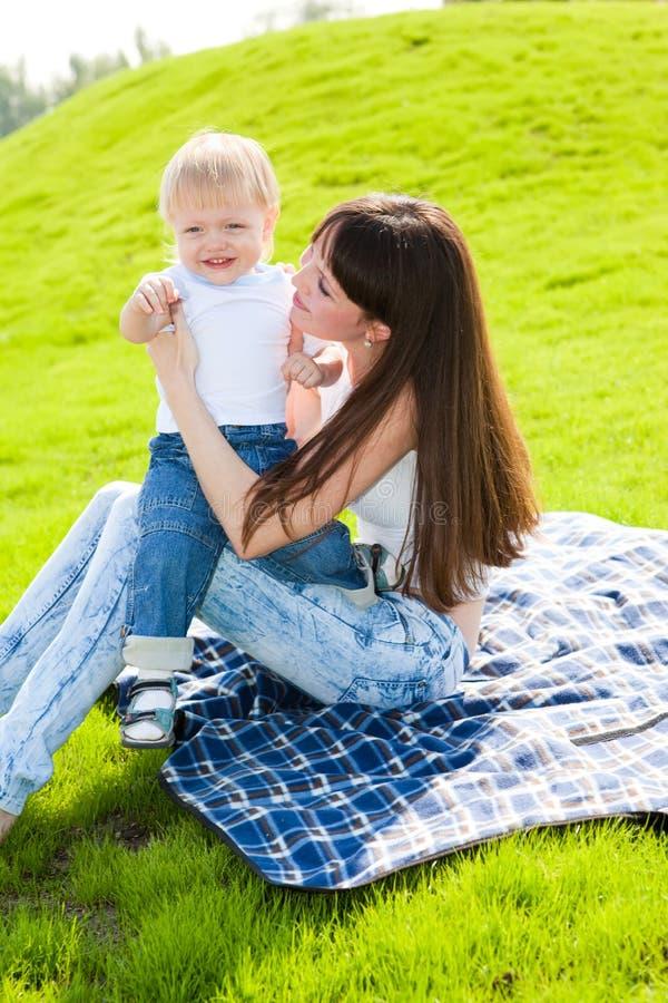 Mutter mit Sohn draußen stockfotos