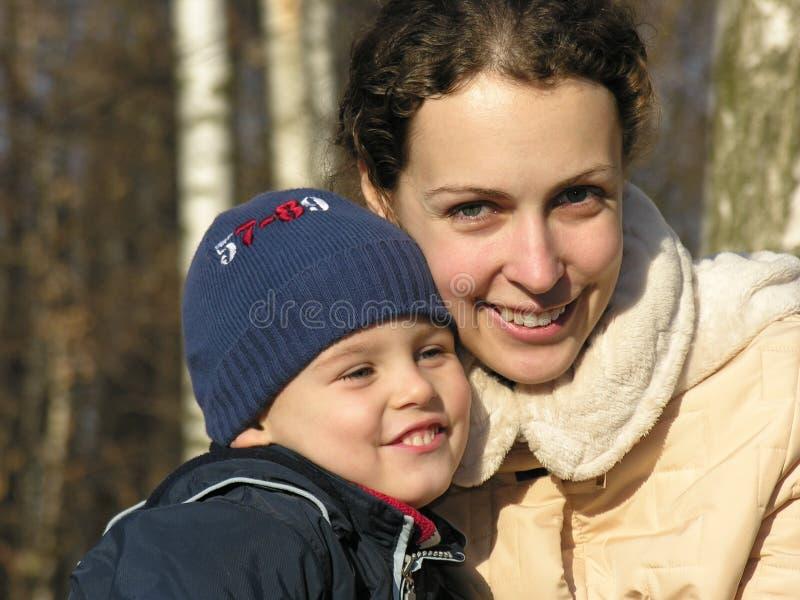 Mutter mit Sohngesichtern. stockfotos