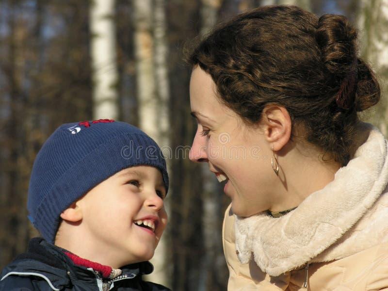 Mutter mit Sohngesichtern. lizenzfreies stockfoto