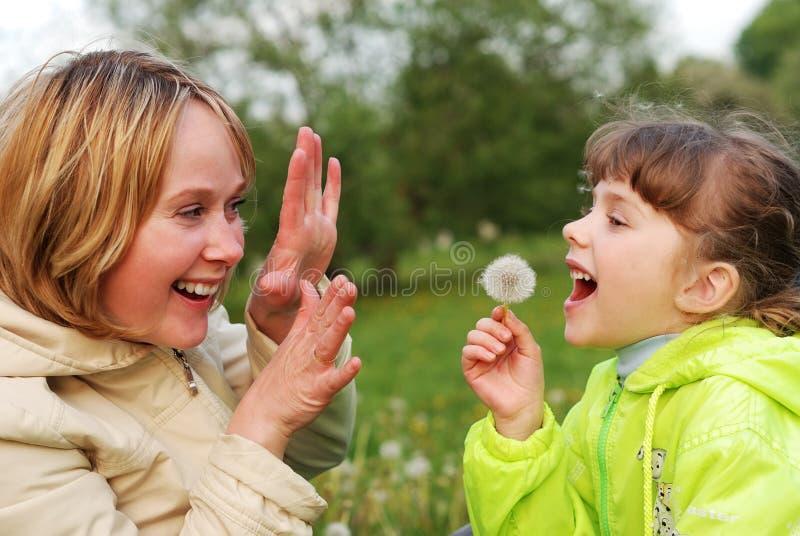 Mutter mit Tochter lizenzfreie stockfotografie