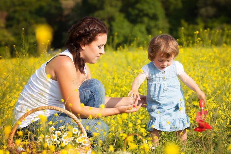 Mutter mit Tochter auf der Wiese stockfotografie