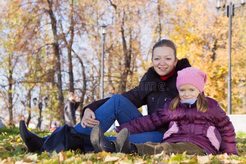 Mutter mit Tochter im Herbstpark lizenzfreie stockfotografie