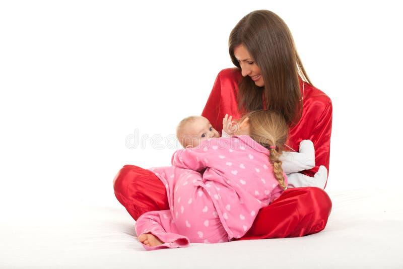 Mutter mit zwei Kindern stockfotos