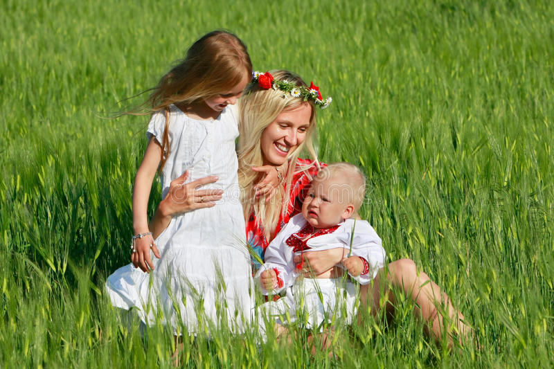Mutter mit zwei Kindern draußen lizenzfreies stockfoto