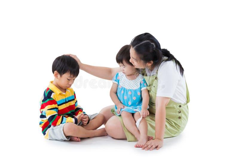 Mutter mit zwei kleinen asiatischen (thailändischen) Kindern (voller Körper) Isolat stockfotografie