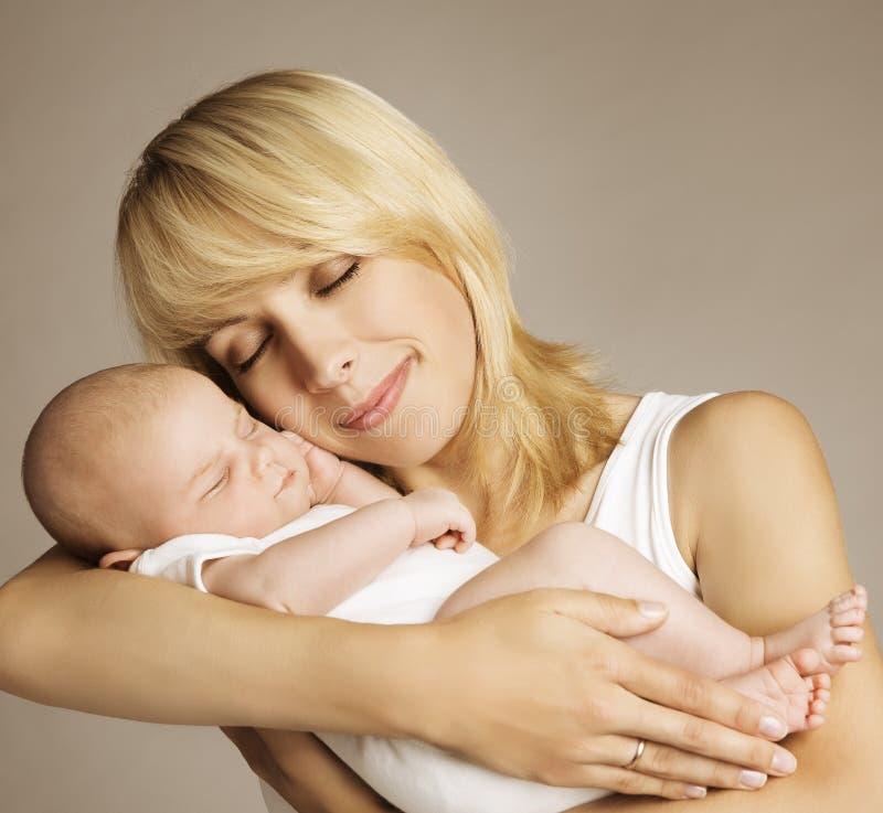 Mutter-neugeborenes Baby, Mutter mit schlafendem neugeborenem Kind, Familie stockbild