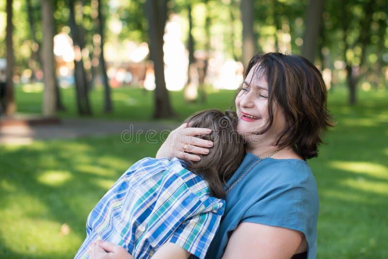Mutter oder Großmutter beruhigt einen Sohn oder einen Enkel stockfoto