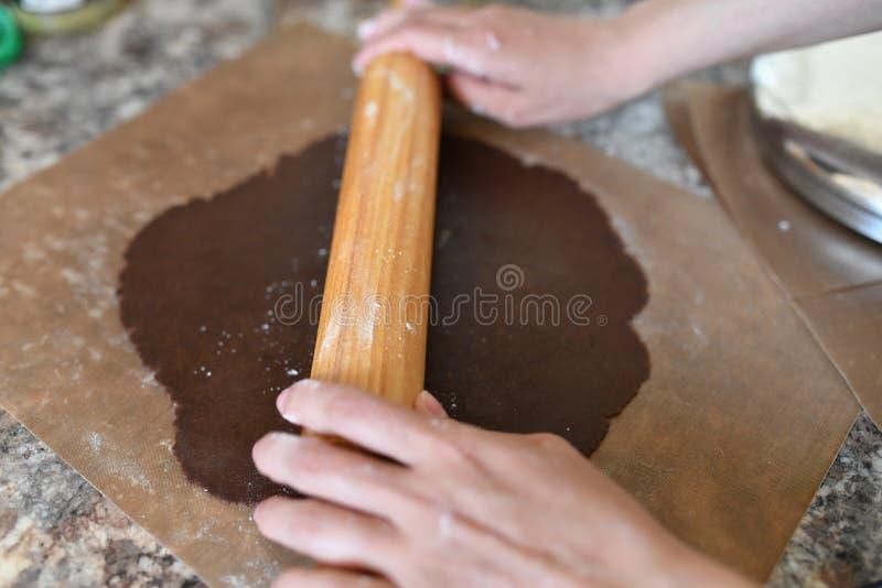 Mutter rollt Teig Schokoladenteig H?nde, die mit Teigvorbereitungs-Rezeptbrot arbeiten Weibliche H?nde, die Teig f?r Pizza machen stockfotos