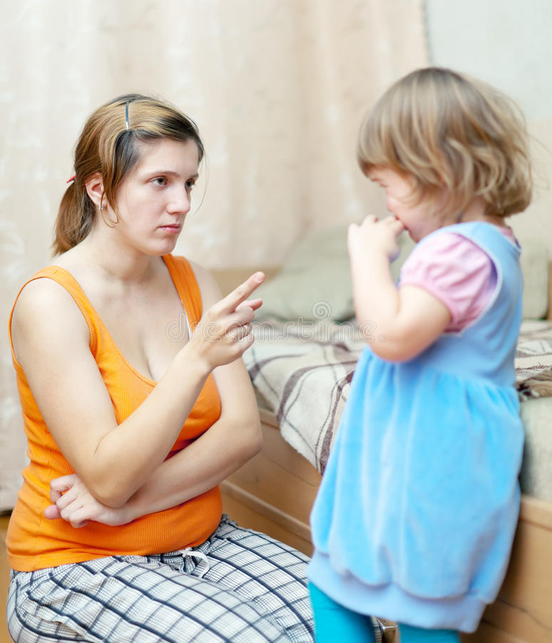Mutter schilt ihr Kind aus lizenzfreie stockfotografie