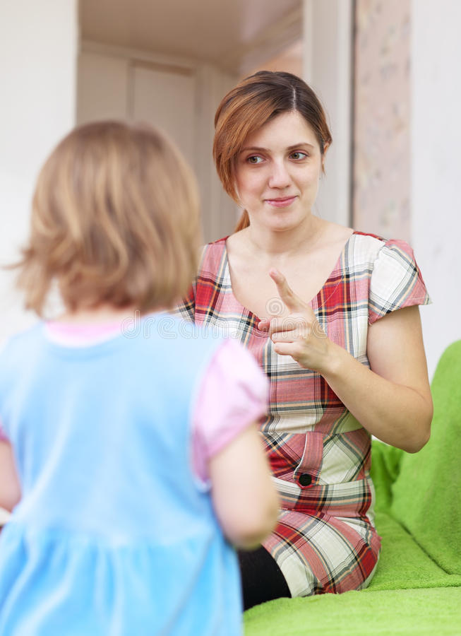 Mutter schilt ihr Kind aus stockbild