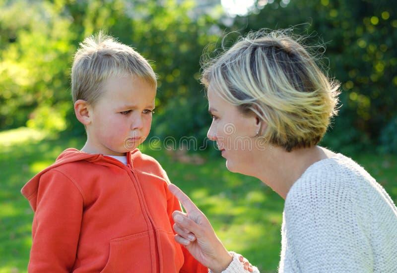 Mutter schilt ihr Sohnschreien lizenzfreie stockfotos