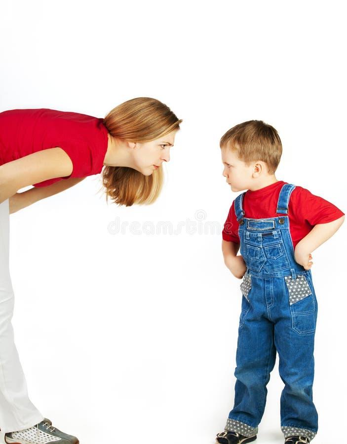 Mutter schilt ihren Sohn stockbilder