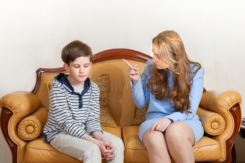 Mutter schilt Sohn stockbild
