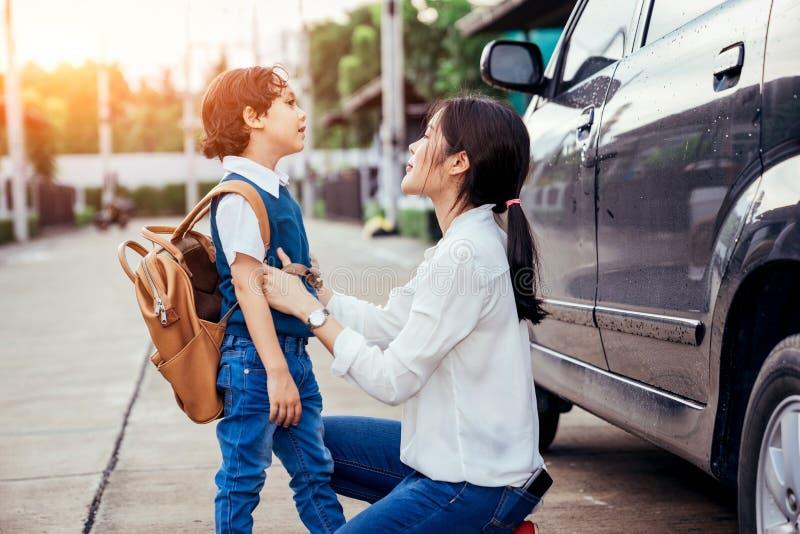 Mutter sendete die Kinder, um zur Schule am Semesteranfangstag zu gehen lizenzfreie stockfotos