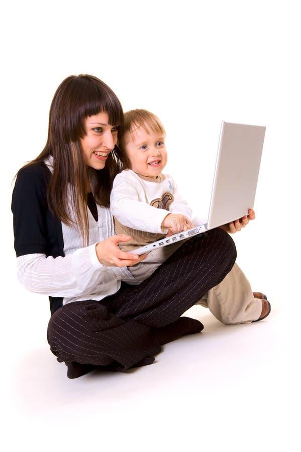 Mutter, Sohn und Laptop stockfotografie